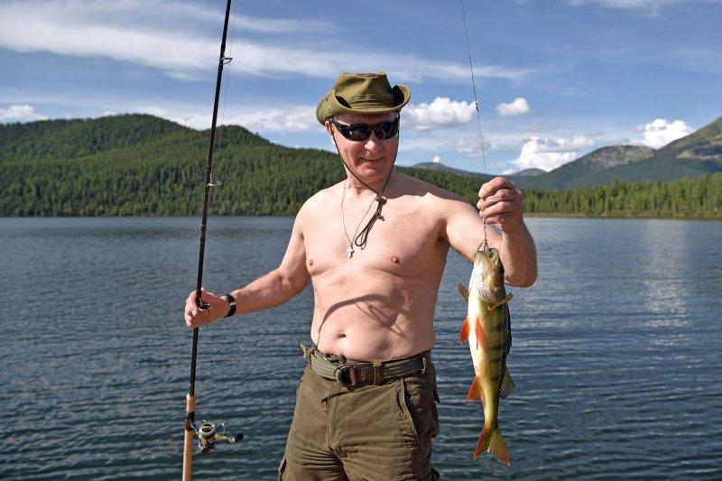 俄羅斯總統普京近日放鬆渡假,打赤膊釣魚(AP)