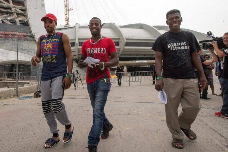 從美國偷渡到加拿大尋求庇護的難民走出蒙特婁的奧運場館散步透氣(AP)