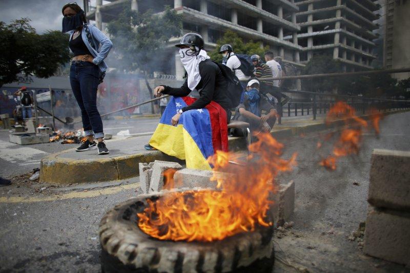 委內瑞拉制憲大會造成社會嚴重對立分裂,這是反對者在街頭與警方衝突(AP)