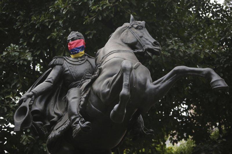 委內瑞拉民族英雄玻利瓦(Simón Bolívar)的雕像(AP)