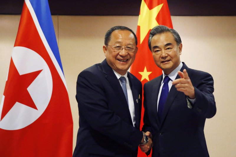 中國外長王毅(右)和北韓外長李容浩(AP)