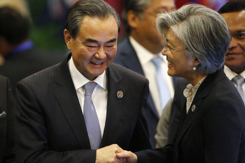 中國外長王毅(左)與南韓外長康京和(AP)