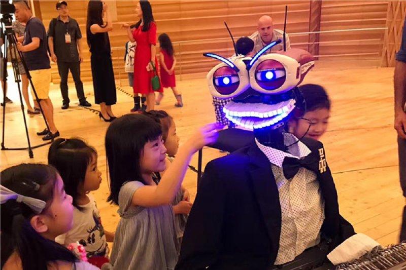第三代人工智慧鋼琴機器人泰奧·蘇茲日前到上海表演,不只會彈琴、唱歌,還會多國語言。(圖/澎湃新聞提供)