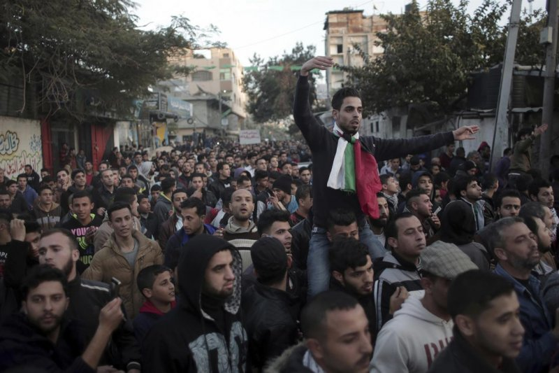巴勒斯坦加薩走廊缺乏水電,當地年輕人走上街頭抗議(AP)