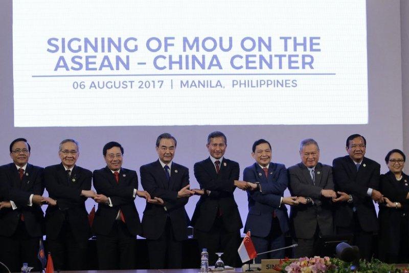 除《南海行為凖則》框架文件外,中國外長王毅也與東盟國家官員出席一系列其他會議。(BBC中文網)
