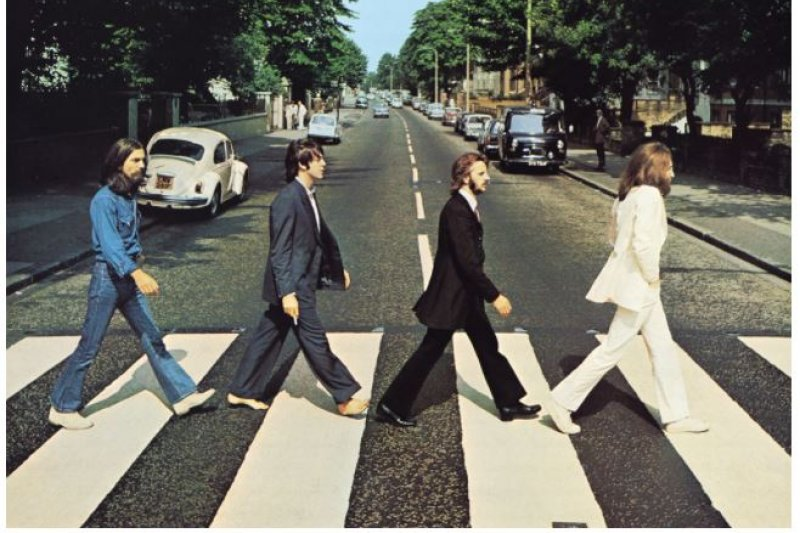 披頭四第11張專輯《艾比路》封面,拍攝地點為位於他們在倫敦艾比路的錄音室外。(截圖自YouTube)