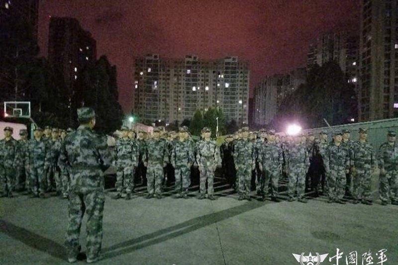 中國四川九寨溝8月8日晚間發生規模7.0強震,救災人員緊急出動(微博)