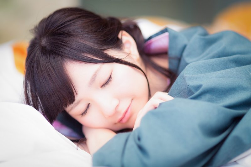 有效午睡,只要閉上眼睛不動,就能透過這種休息消除疲勞及睡意,是種有效的恢復大腦法。(圖/pakutaso)