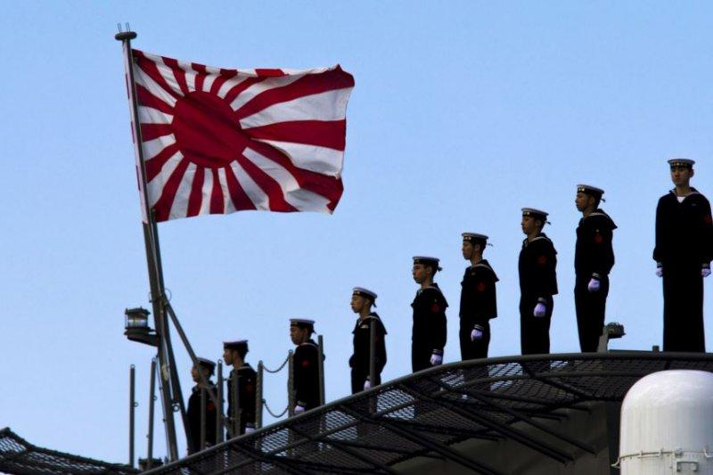 2015年3月25日,日本海軍站在即將起航的出雲級護衛艦甲板上,這艘軍艦即將駛離東京南部的橫濱日本聯合海上造船廠。(美國之音)