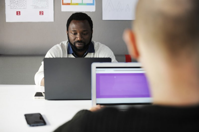 若你總是愁眉苦臉或眉頭深鎖地巡視,會在員工之間引發焦慮及恐懼。(圖/rawpixel @pixbay)