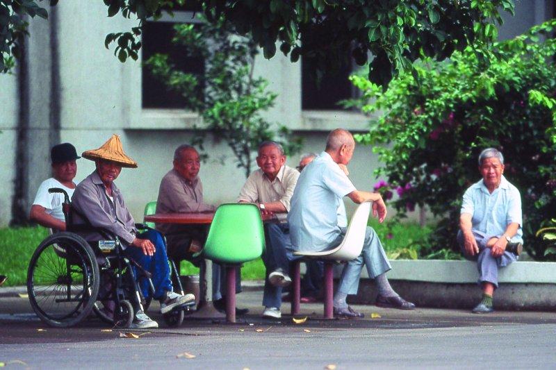 政府清查退休軍人的「單身宿舍」,作者呼籲應關心榮民的晚年生活。(新新聞資料照)