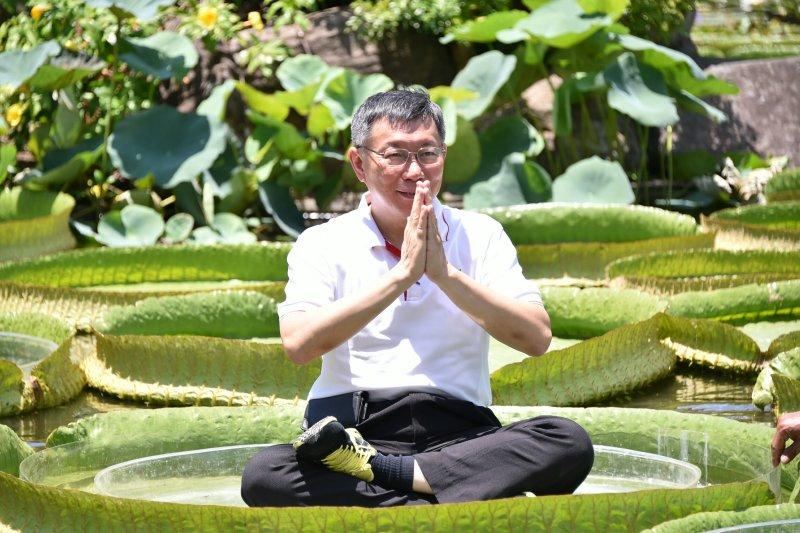 柯文哲「成功」坐上大王蓮,希望世大運期間來到台北的選手和旅客也可以來此遊玩。(台北市政府提供)