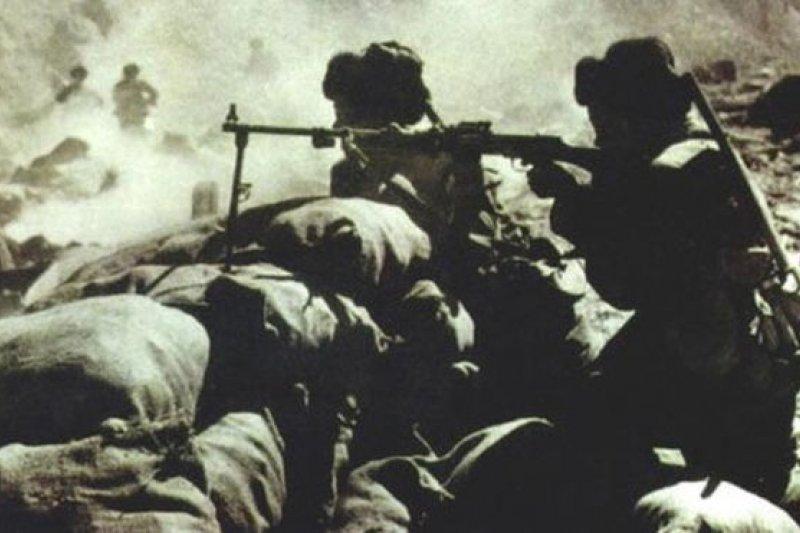 1962年中印戰爭中的中國軍隊。印度認為那場邊界戰爭是中國在背後捅了印度一刀,而中國認為是對印度侵略的自衛反擊。(BBC中文網)