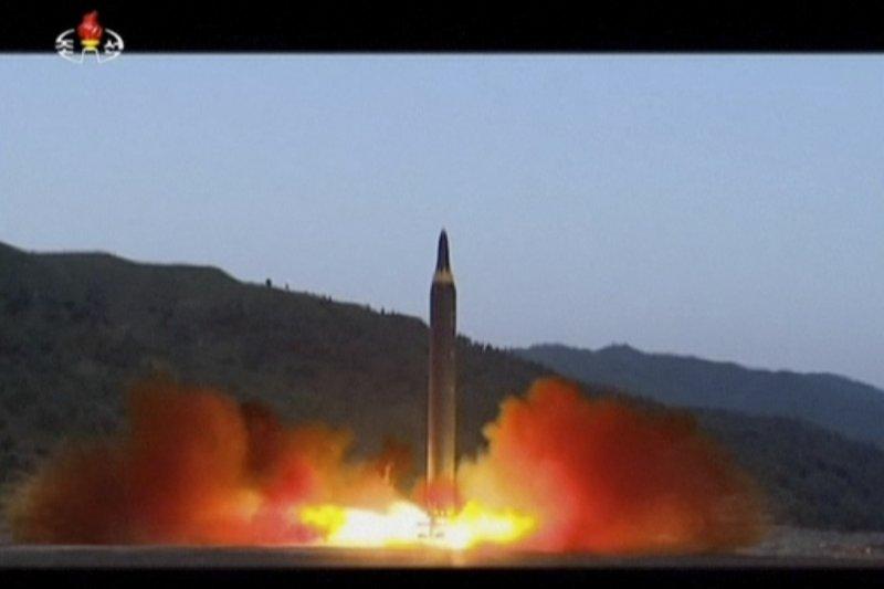 北韓國營電視台「KRT」5月15日播放「火星-12型」飛彈發射畫面(AP)