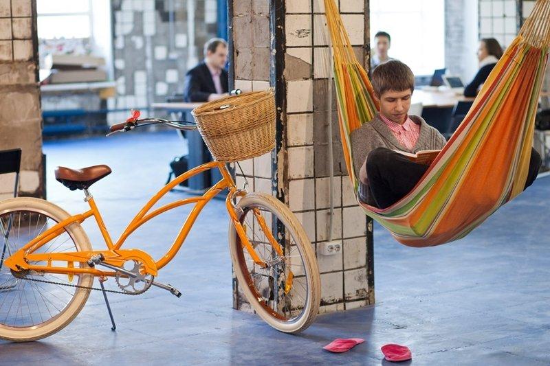 當工作環境變得時髦又便利、四周充滿讓人紓壓的設施,上班就不再沉悶無趣。(圖/коворкинг-пространство Зона действия@wikipedia)