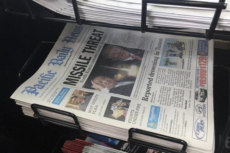 金正恩與川普的罵戰可能讓關島陷入戰火,關島當地的報紙頭條也紛紛報導美朝最新情勢。(美聯社)