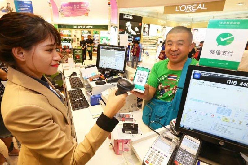在支援移動支付的商場,一位顧客使用微信支付付款(新華社)