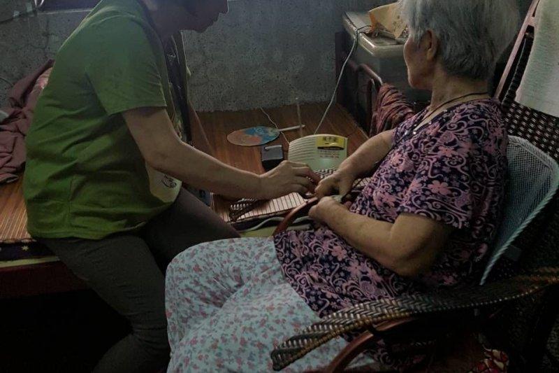 屏東縣政府呼籲,民眾可以在家中安裝緊急救援系統,確保長者居家安全 。(屏東縣政府提供)