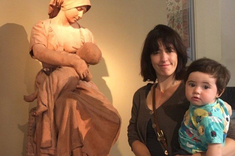 網友 Vaguechera 帶著孩子去逛「維多利亞與亞伯特博物館」,但在餵母乳時被館方人員勸告,希望她能「遮起來」。(圖/News 365@youtube)