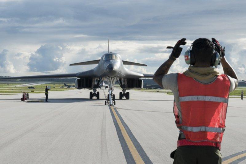 美軍B-1B戰略轟炸機在關島安德森空軍基地起降(A )