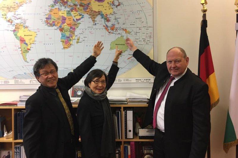 世界大學運動會將於19日在台北盛大舉行,日前世大運媒體手冊因將「台灣」改成「中華台北」,引發不少爭議。駐德代表謝志偉(左一)表示「太超過了」,直呼「我們作外交的任務之一就是為Taiwan正名!」(取自謝志偉臉書粉絲專頁)