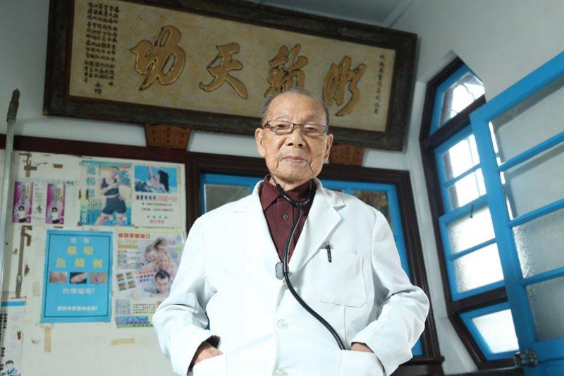 行醫70年,高齡95歲的老醫生謝春梅守護了無數人的生命。(圖/張智傑攝,遠見雜誌提供)