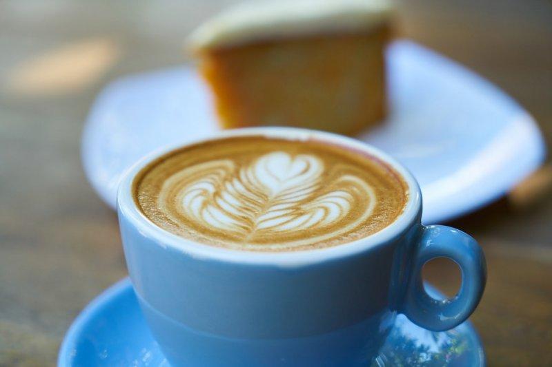 「喝咖啡,吃甜食,又讓你胃食道逆流了嗎?」一句熟悉的廣告詞,道出無數受胃食道逆流所苦的人內心煩躁。(圖/Pixabay)