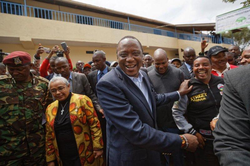 2017年肯亞總統大選結果出爐,現任總統65歲的肯亞塔(Uhuru Kenyatta)挑戰連任成功,在野黨指控選舉舞弊卻苦無證據。(AP)