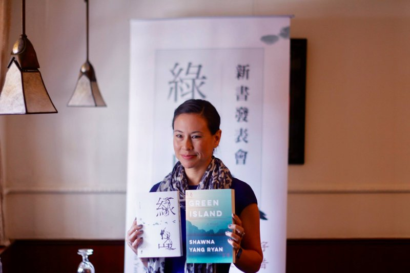 台裔美籍小說家楊小娜(Shawna Yang Ryan)與她的作品《綠島》(楊小娜臉書)