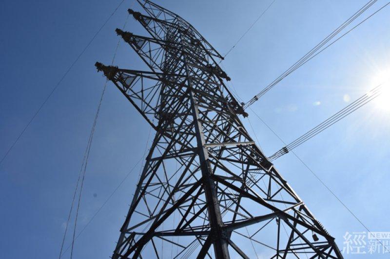 尼莎颱風吹倒和平電塔,導致和平電廠130萬瓩的電能無法輸出。經維修人員搶修,有望於13日開始併聯,並於14日發電。(經濟部提供)