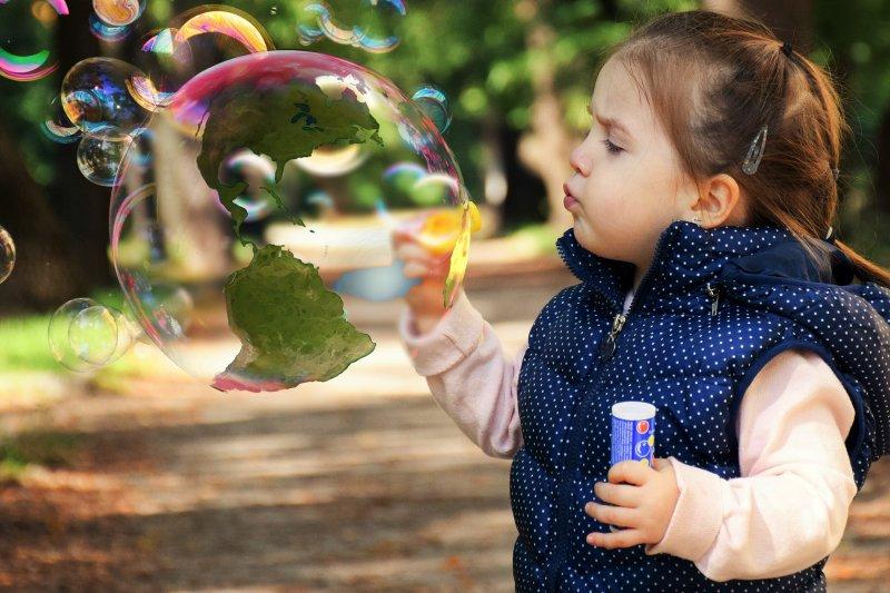 美國教育專家指出,如何讓孩子自由快樂成長是各國難題(取自Pixabay)