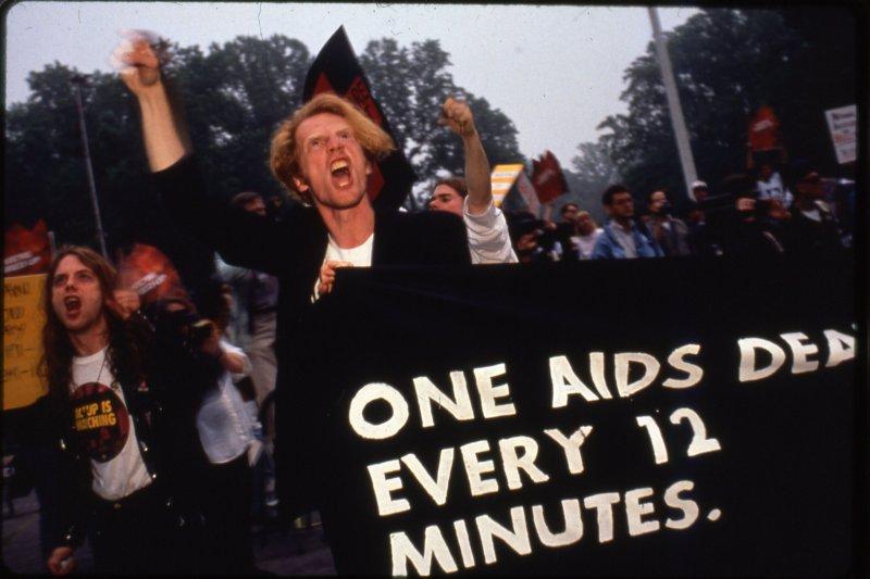1980年代愛滋風暴席捲美國,抗議群眾迫切要求政府看見愛滋病患人權。(圖/GagaOOLala提供)