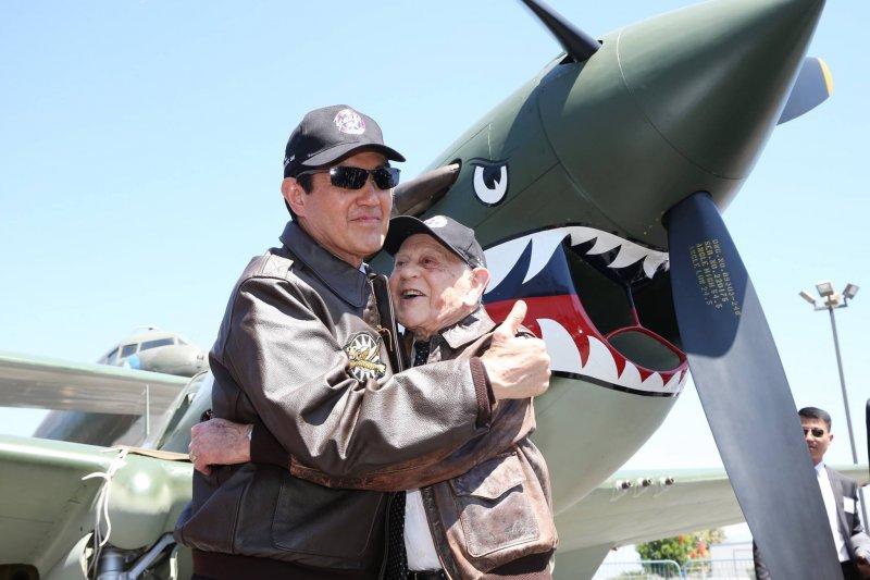 前總統馬英九與最後一位美國飛虎隊員Hal Javitt一同穿著飛虎隊的夾克在P-40B驅逐機前合影留念。(取自馬英九臉書)