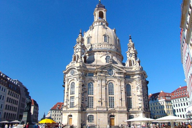 德國東部德勒斯登的聖母教堂在二戰期間被空襲摧毀,後來重建,成為德國與從前的敵國和解的標誌(取自Pixabay)
