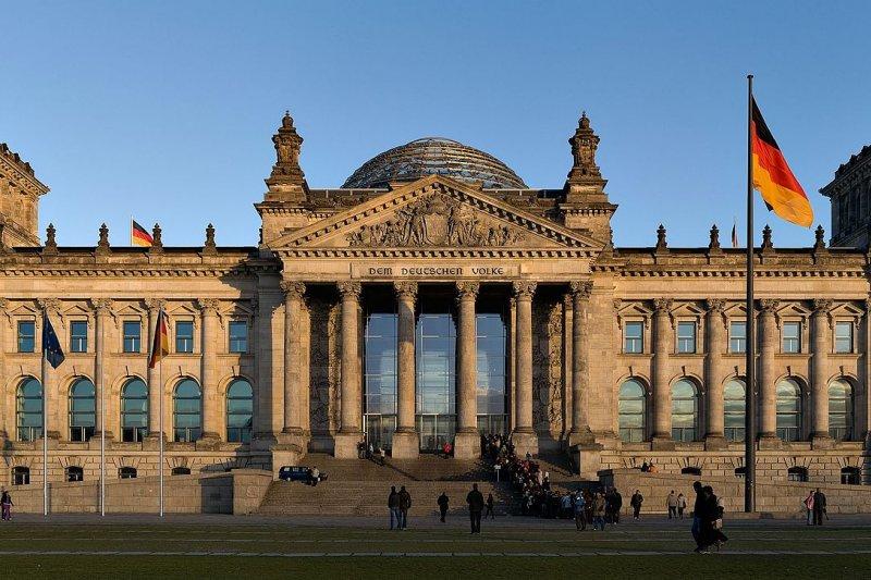 媒體報導,日前德國民眾向國會請願,建議德國與台灣建交。不過外交部表示,就算請願案達到連署門檻,該案仍無法律效力。圖為德國國會大廈。(資料照,Jürgen Matern@Wikipedia/CC BY-SA 3.0)