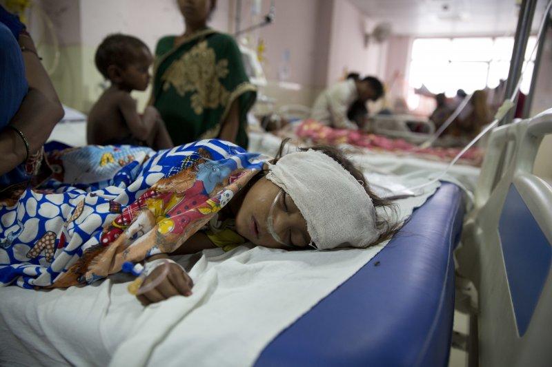 印度北方邦的巴巴拉加夫達斯醫院近日傳出超過70名兒童陸續死亡。(美聯社)