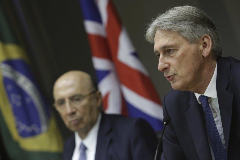 英國財政大臣哈蒙德(Philip Hammond)(右)。(美聯社)