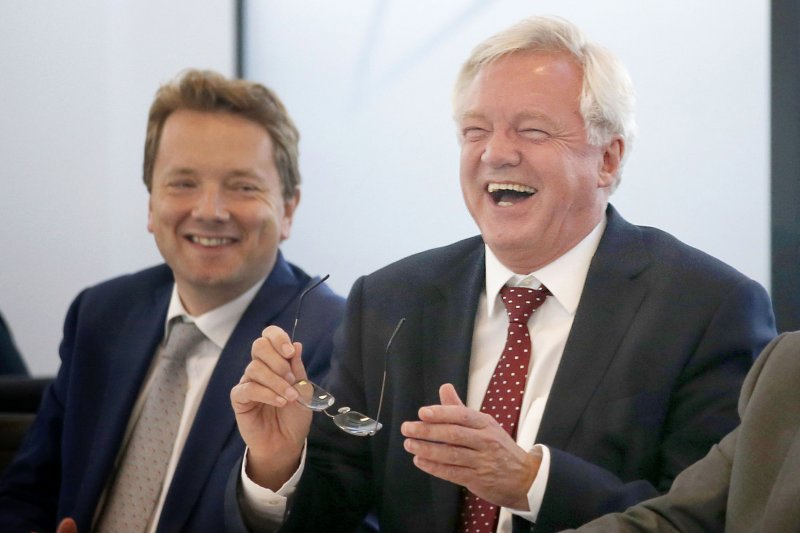 英國脫歐事務大臣戴維斯(David Davis)(右)。(美聯社)