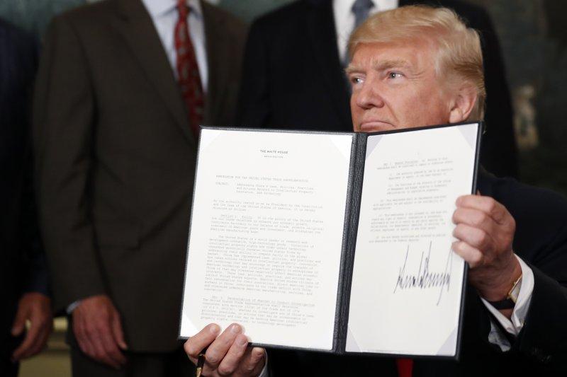 美國總統川普14日簽署備忘錄,授權美國貿易代表審查「中國貿易行為」,研究是否將展開正式調查。(AP)