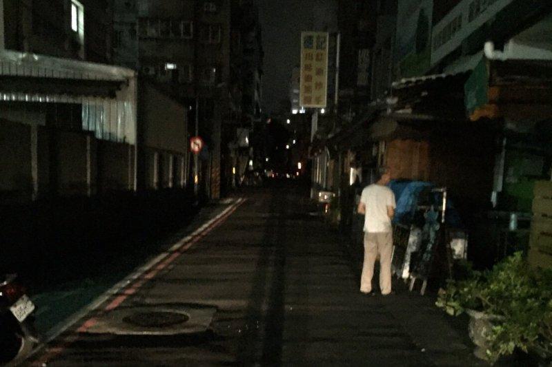 北市大停電,仁愛路四段八巷一帶整條路上一片漆黑。(讀者提供)