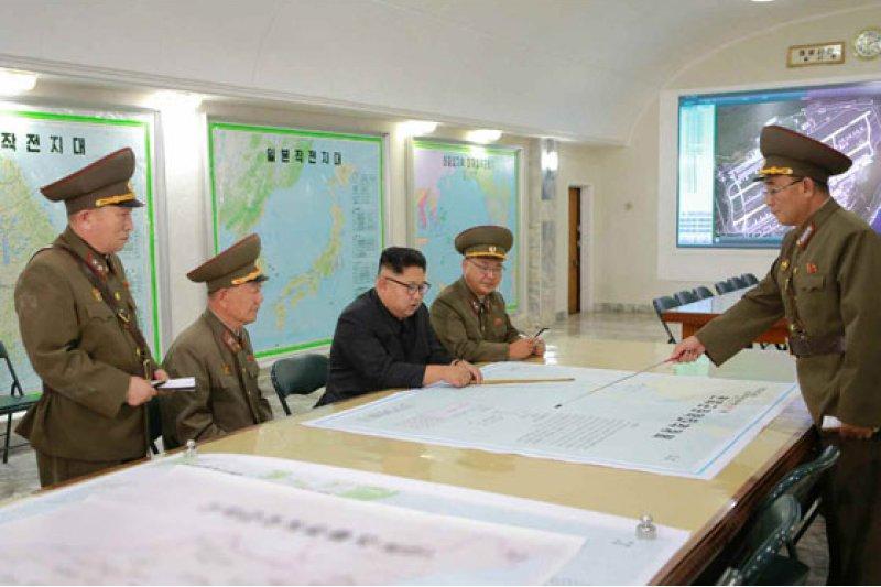 金正恩8月14日在朝鮮人民軍戰略軍司令部聽取有關戰略軍瞄准關島近海射彈方案的報告。