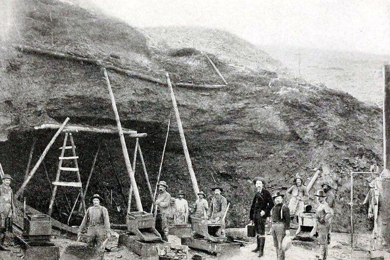1899年,淘金客挖礦一景。(維基百科公有領域)