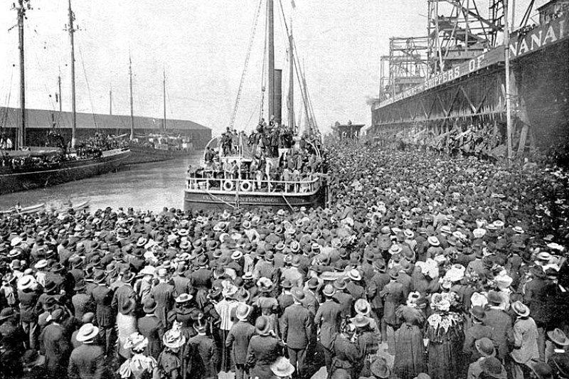 舊金山港口,淘金客坐船出發前往育空,岸上滿滿都是親友送別。(維基百科公有領域)