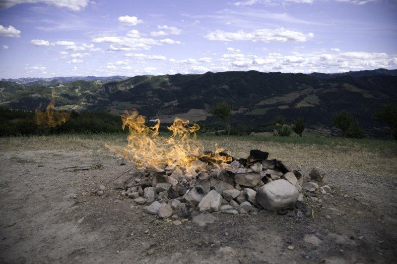 義大利「最小火山」布卡斯,遠看就是個小火堆。(Tatinax@flickr)