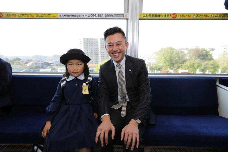 新竹市長林智堅(中)前往日本北九州市,考察全日本首座「跨座式高架輕軌」。(新竹市政府提供)