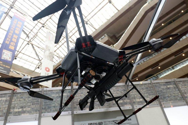 20170816-「2017年臺北國際航太暨國防工業展」下午舉行展前記者會。圖為現場展示武裝構型的多用途無人飛行載具。(蘇仲泓攝)