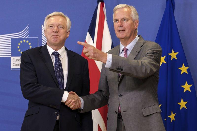 歐盟脫歐談判代表巴尼耶(右)與英國脫歐事務大臣戴維斯。(美聯社)