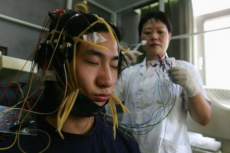 一些學校用電擊「治療」有網癮的青少年。(BBC中文網)