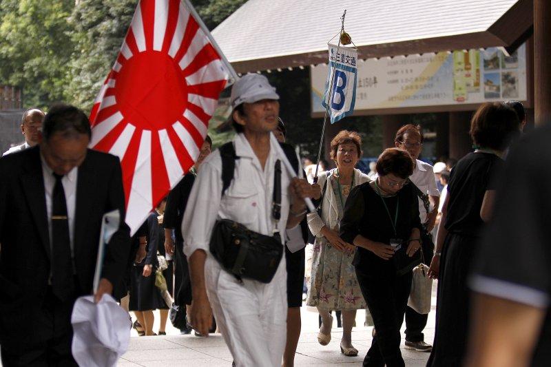 日本民眾參拜靖國神社。(美聯社)