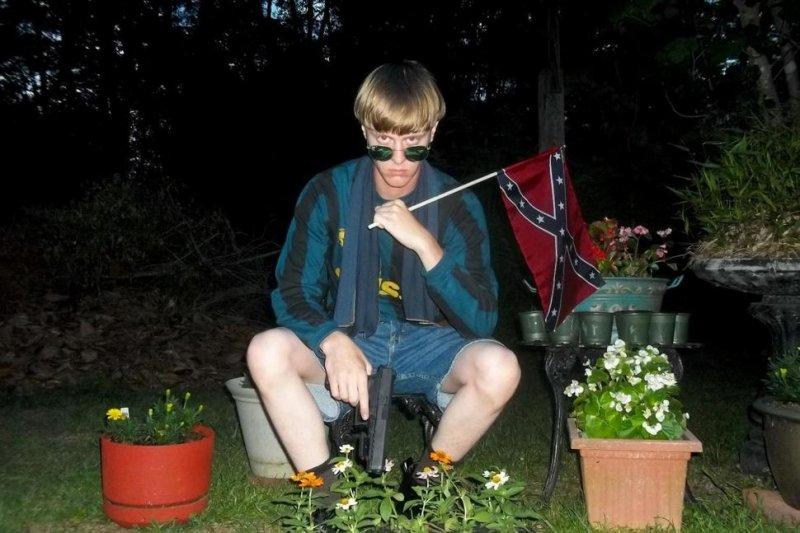 南卡羅來納州教堂屠殺案兇手魯夫手持邦聯旗的自拍照(AP)